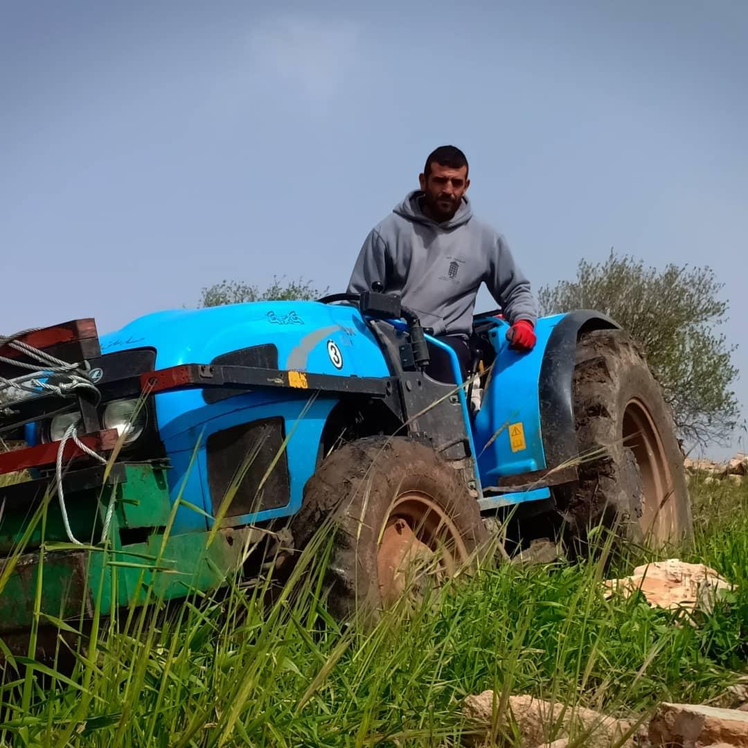 Boer Imad uit al Khader op zijn land