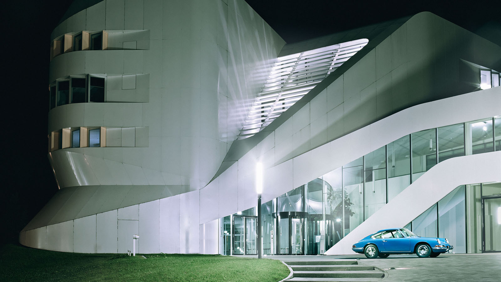 805546_the_porsche_911_outside_the_centre_for_virtual_engineering_zev_.jpg