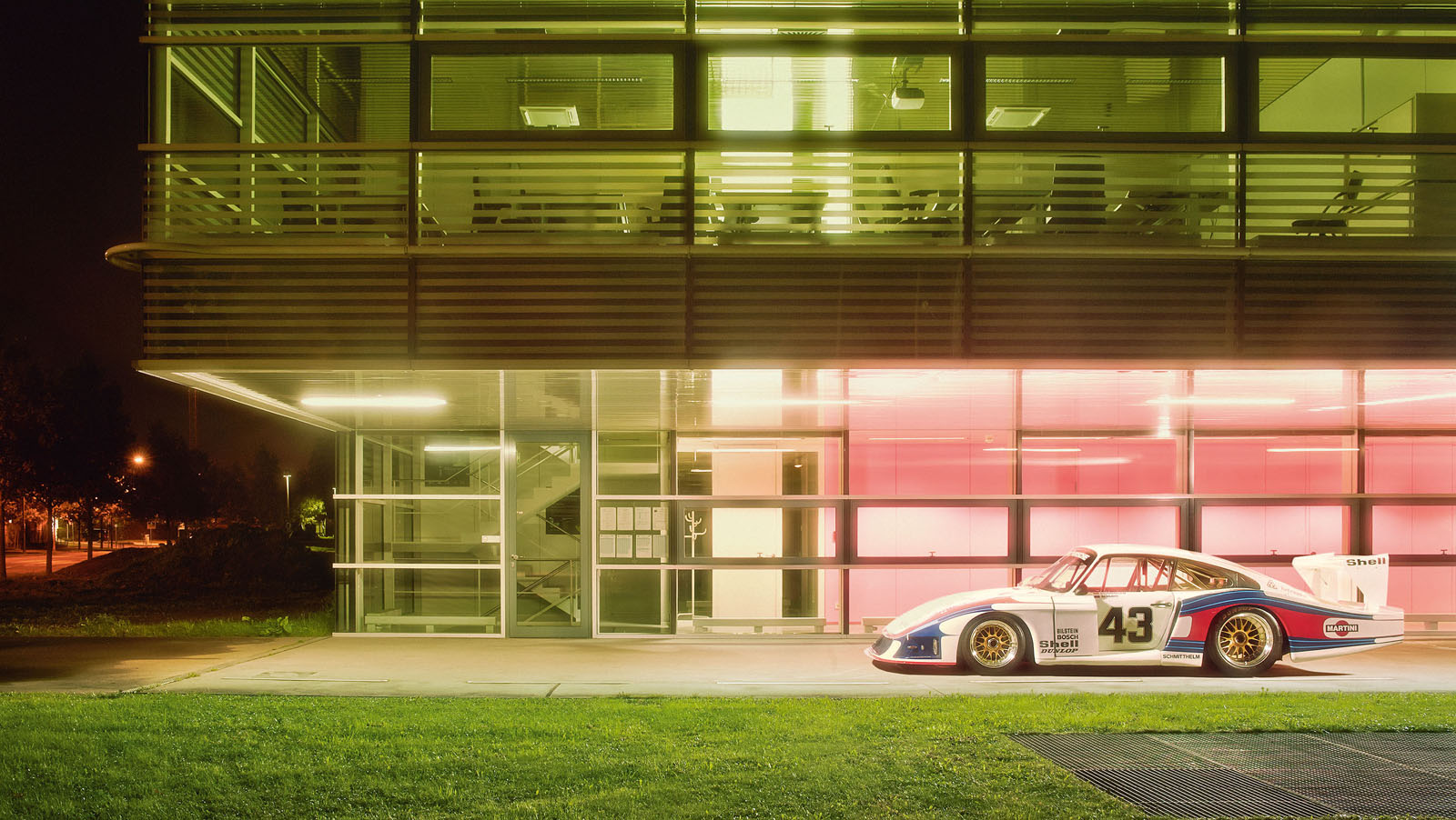 1288284_the_institute_of_high_performance_computing_at_the_university_of_stuttgart_and_the_porsche_935_moby_dick_.jpg