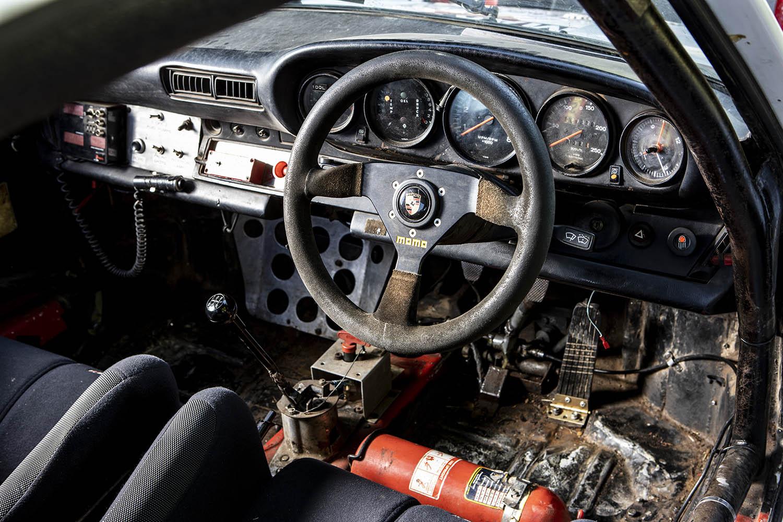 1976 Porsche 911 Carrera cockpit.jpg