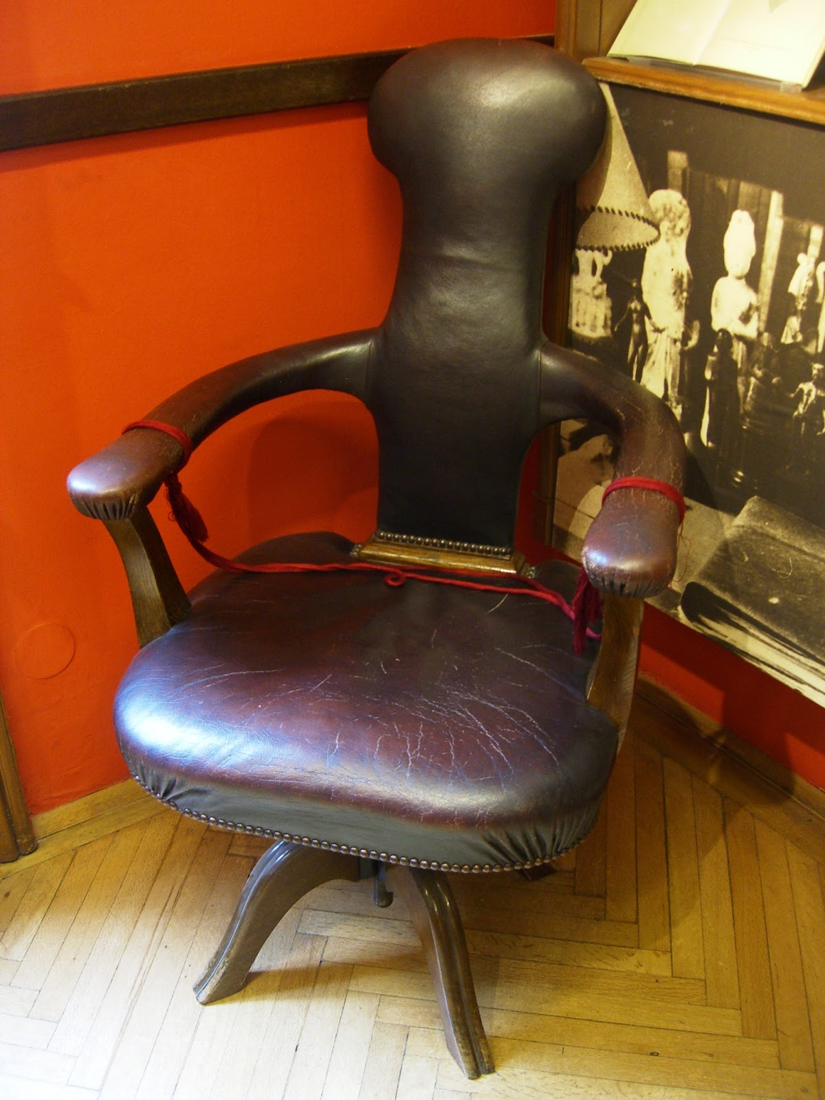 Freud's chair (reproduction in Freud Museum, Vienna), a gift from his daughter, Mathilde. Photo, Mar del Sur.