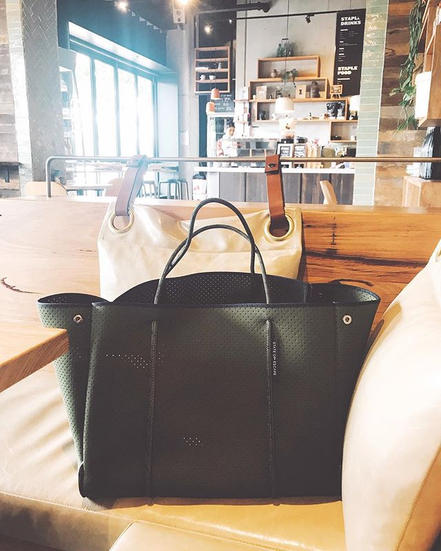 I outgrew my @stateofescape flying solo bag, this escape carryall is my new everyday bag ❤️ also makes a good brunch bag. #escapecarryall #stateofescape #brunch #melbourne #khakibag #khaki #carryall #dailybag #melbournecafe #stkildacafe #stkilda #baglover #neoprene #neoprenebag
