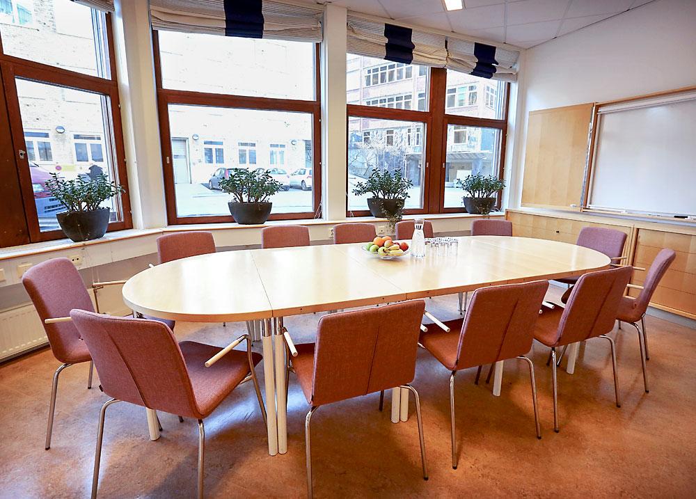 Vårt minsta konferensrum passar sammanträden och grupparbeten där tekniken inte är avgörande.