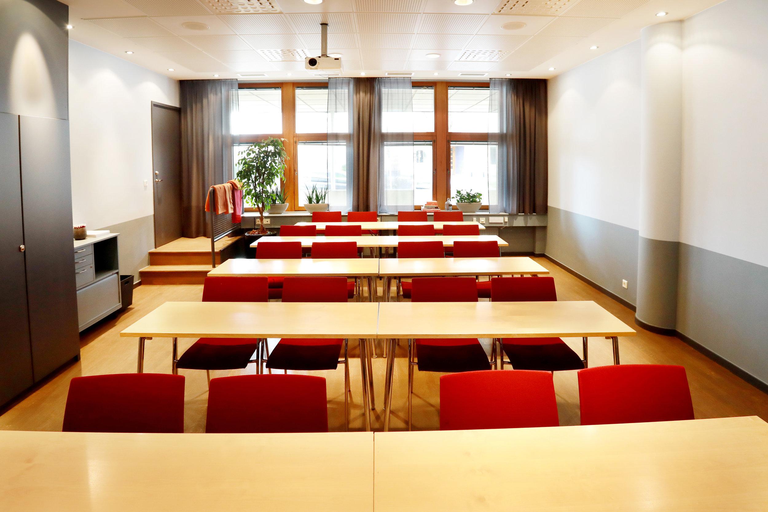 Adelsö, ljus konferenslokal för mindre möten och kurser.