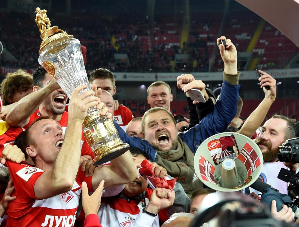 Spartak players and fans celebrate lifting the trophy   © thesun.co.uk