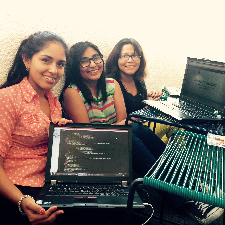 Mujeres jóvenes desarrolladoras web