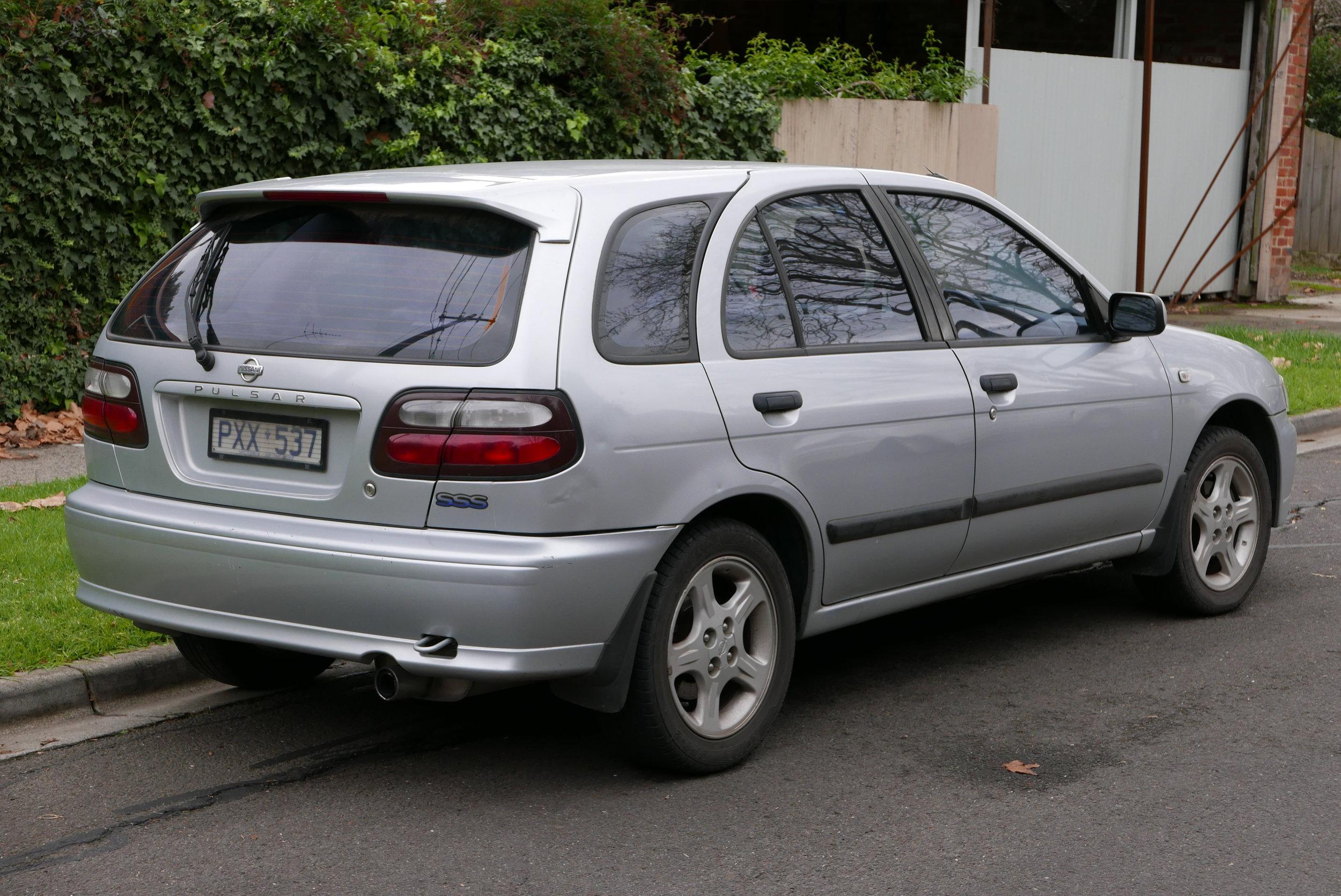 1999_Nissan_Pulsar_(N15_S2)_SSS_5-door_hatchback_(2015-07-03)_02.jpg