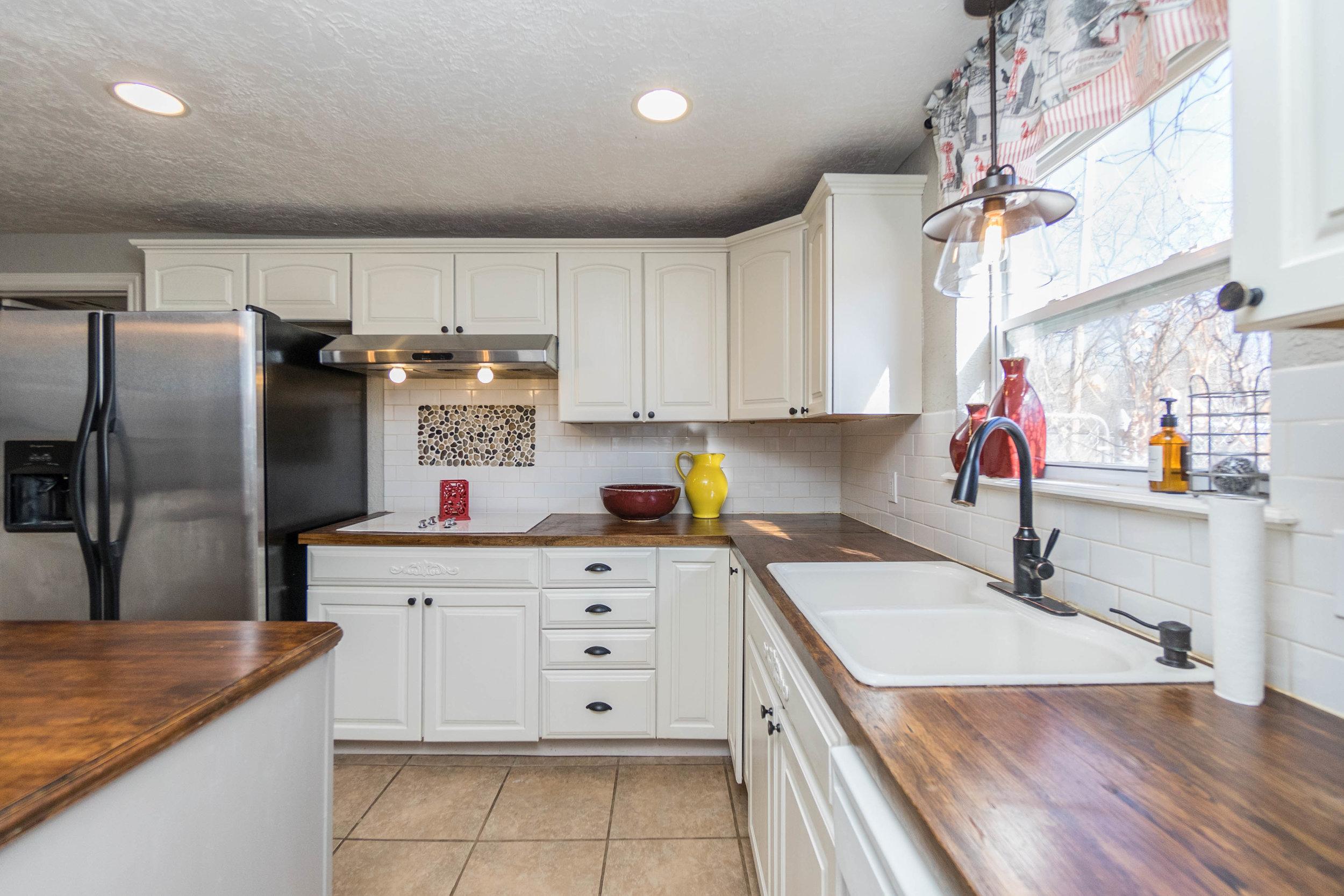 24 Kitchen.jpg