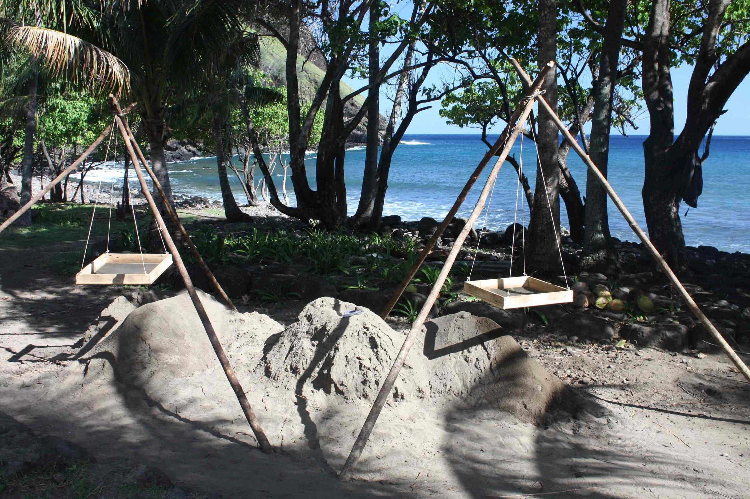White sand deposits of the Hanamiai Dune allow for the extraordinary preservation of artifacts made of shell and bone.