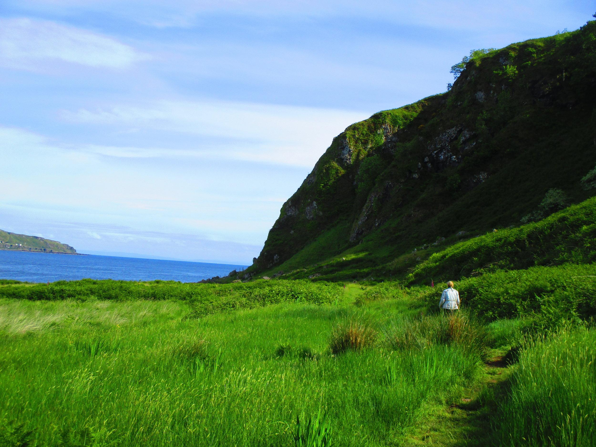 Walking to Kilchattan Bay Lighthouse