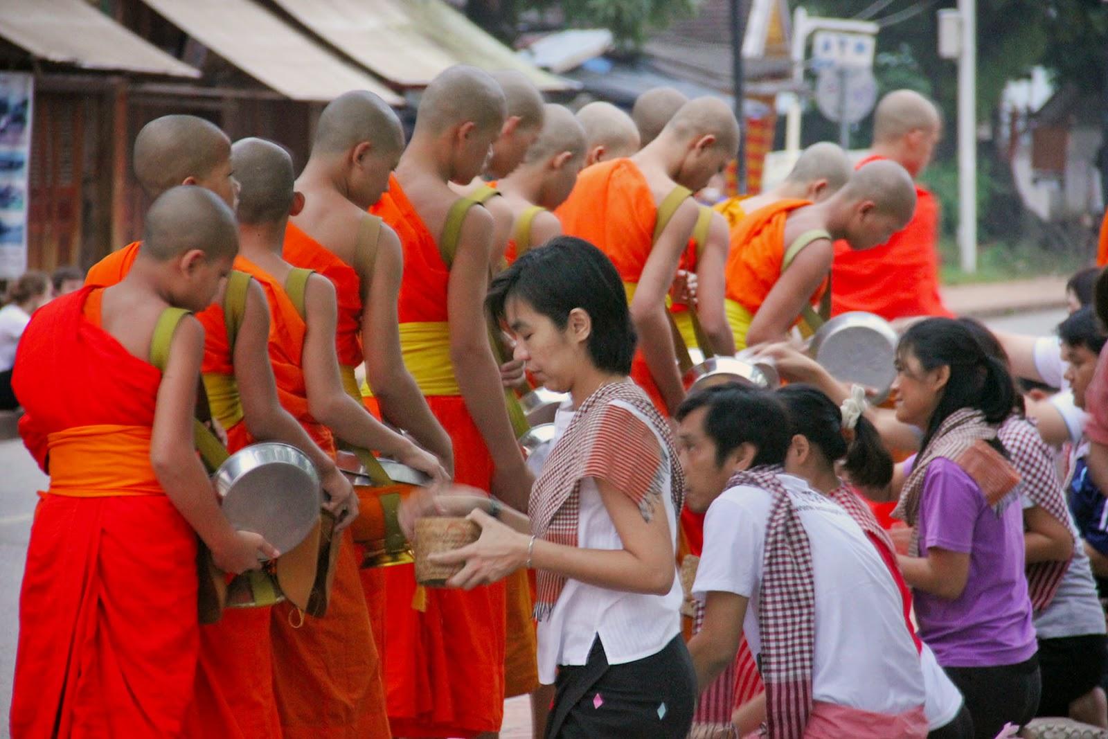 Ceremonia-entrega-limosnas-Luang-Prabang-Laos.jpg