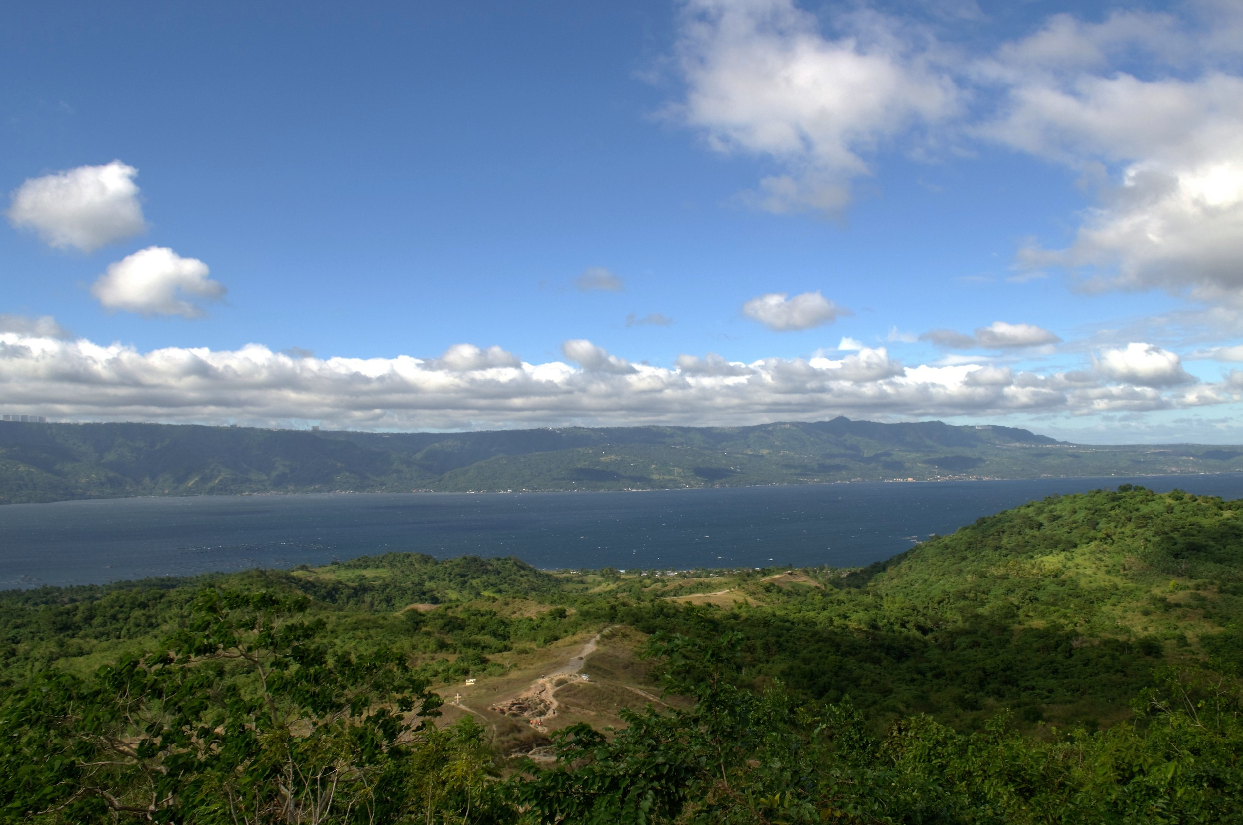 Panoramic views of the Taal lake and the trail