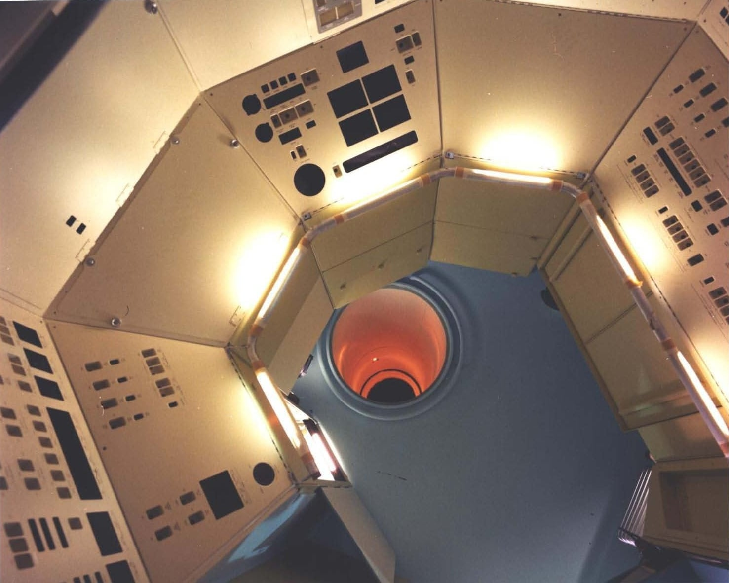Interior photo of MOL mockup, with no tunnel hatch visible ( NRO MOL photo 8 . Credit: McDonnell-Douglas and NRO).