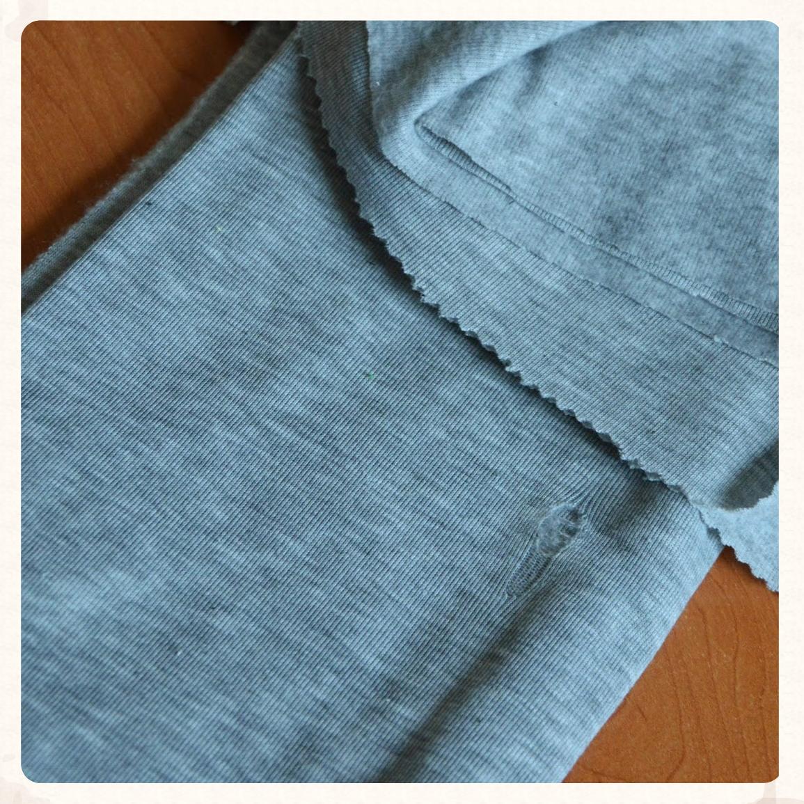 Z tego powstała bluza. Dzianina na polarze, z defektem, jak widać, kupiona za bezcen. Ze względu na defekt resztki były większe.