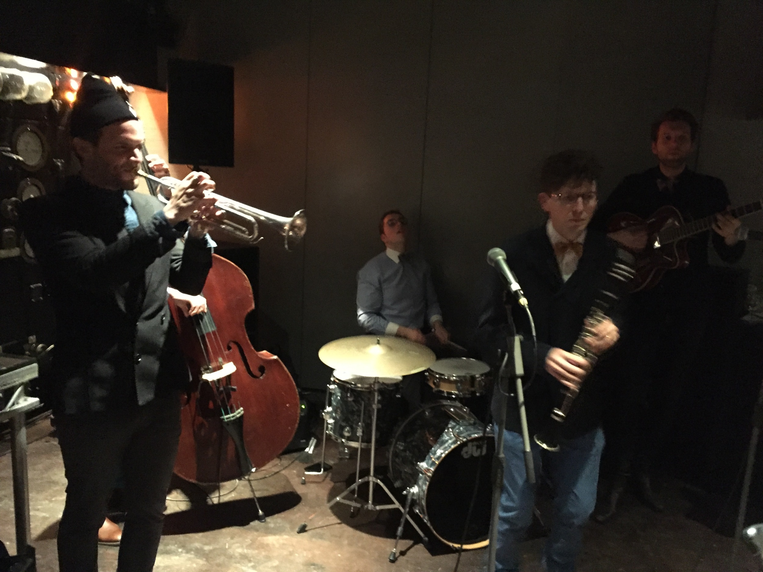 A live band provided 1940s themed music that added to the ambience.