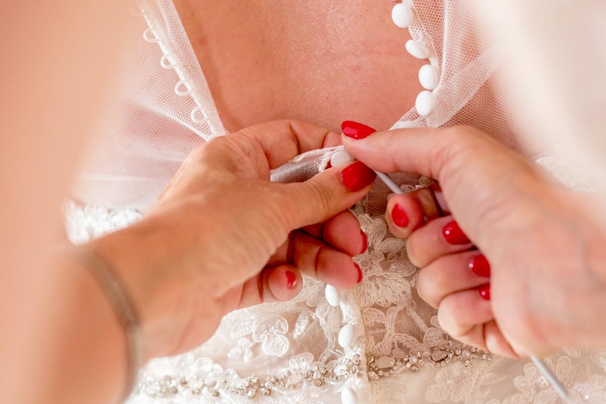 trouwfotograaf aankleden bruid