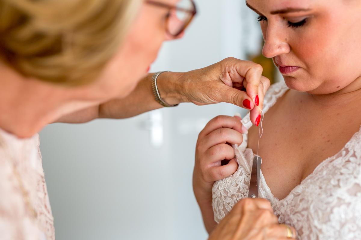 aankleden bruid trouwfotograaf