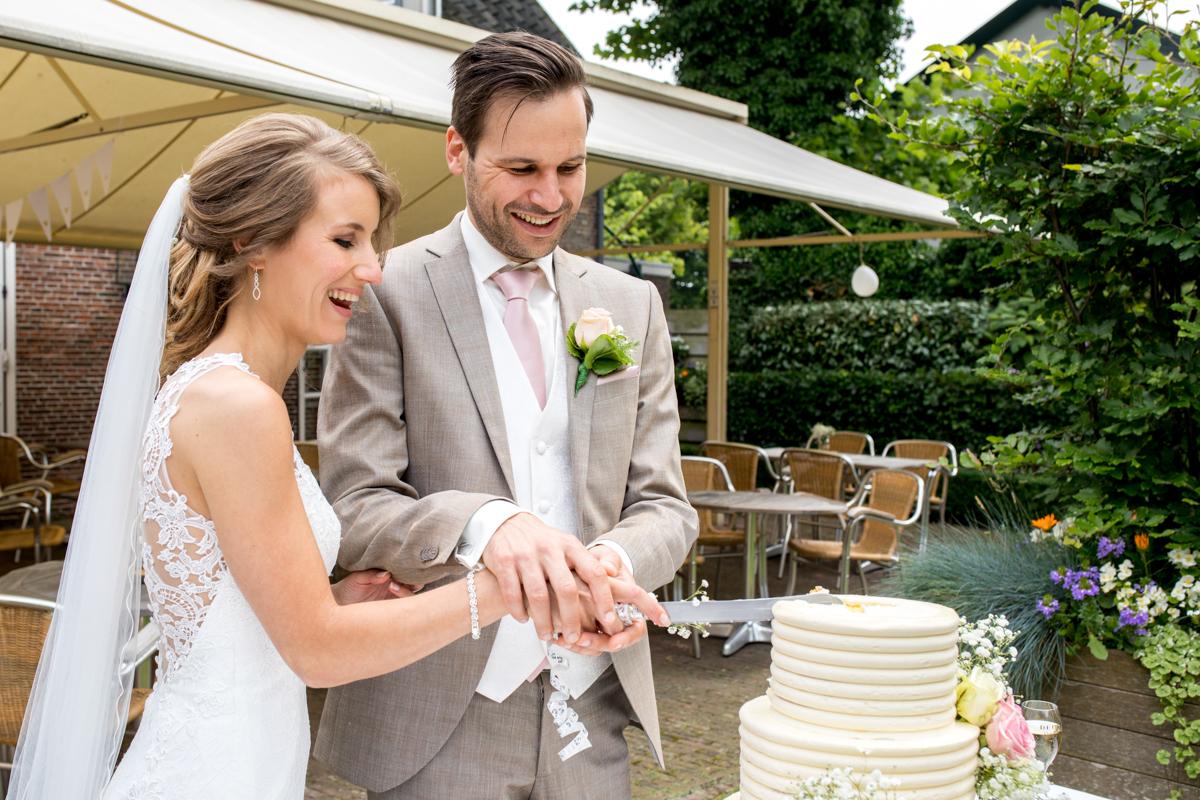 bruidstaart snijden bruidspaar