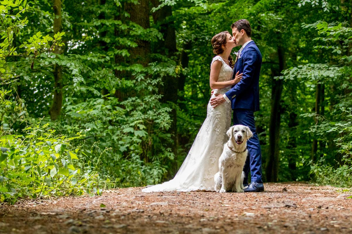 hond en bruidspaar