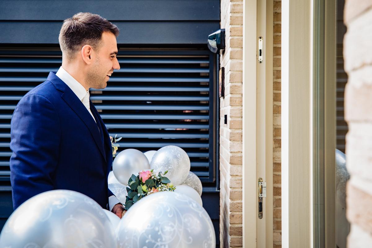 bruidegom haalt bruid op