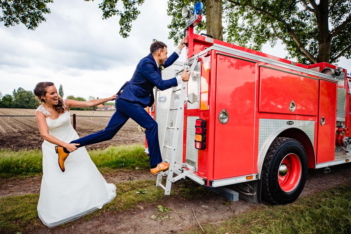 bruidspaar brandweerwagen