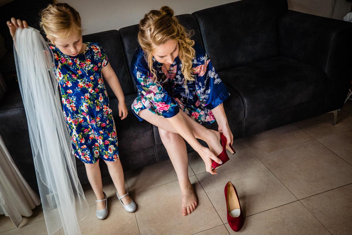 aankleedmoment bruid bruidsfotograaf