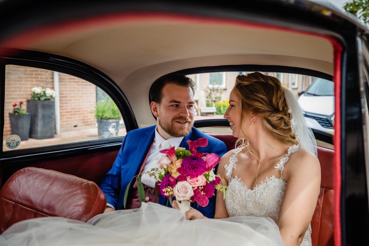trouwauto bruidspaar