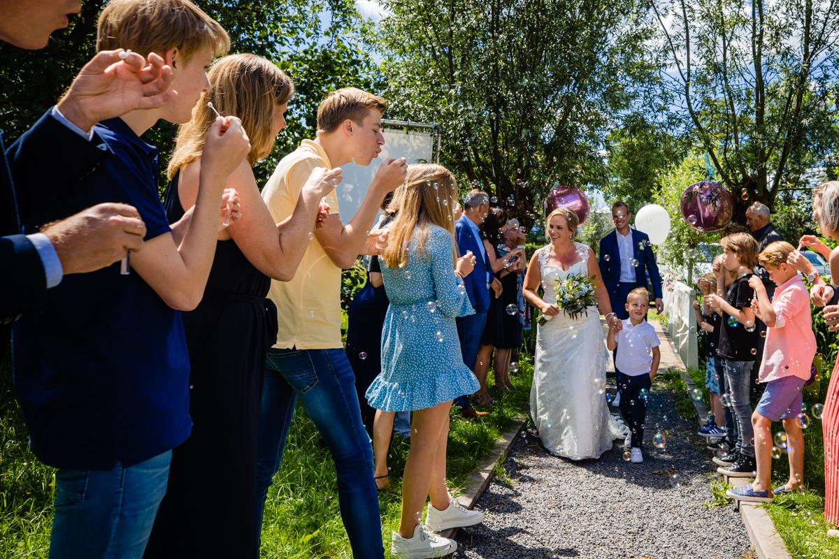 aankomst bruidspaar bellenblaas
