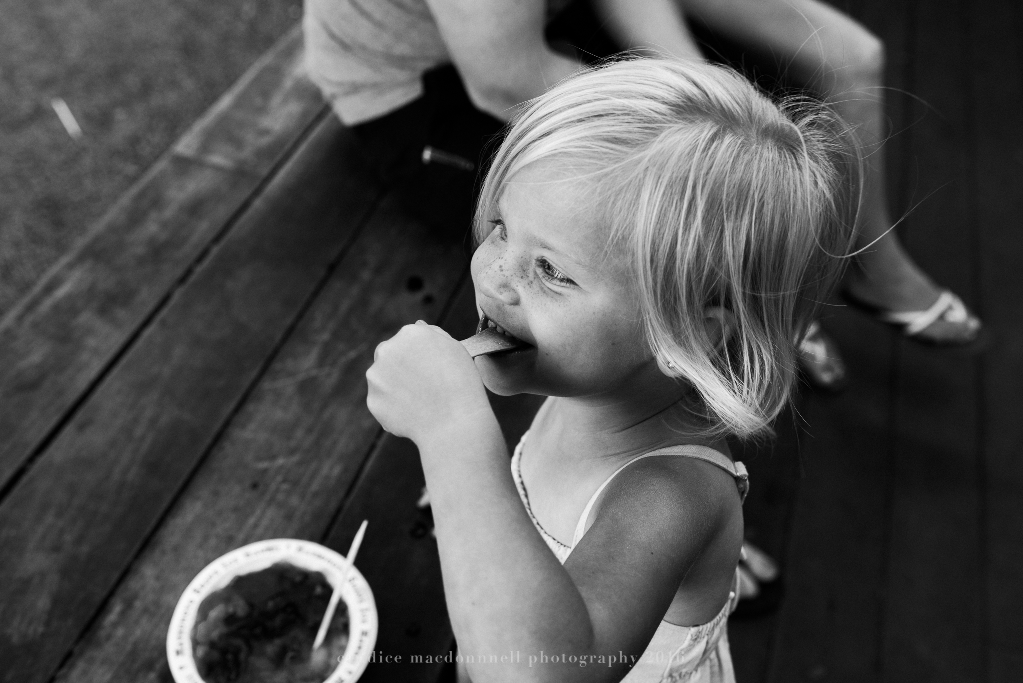 enjoying a snow cone at matsamotos lifestyle photography by candice macdonnell photography, oahu hawaii documentary photographer