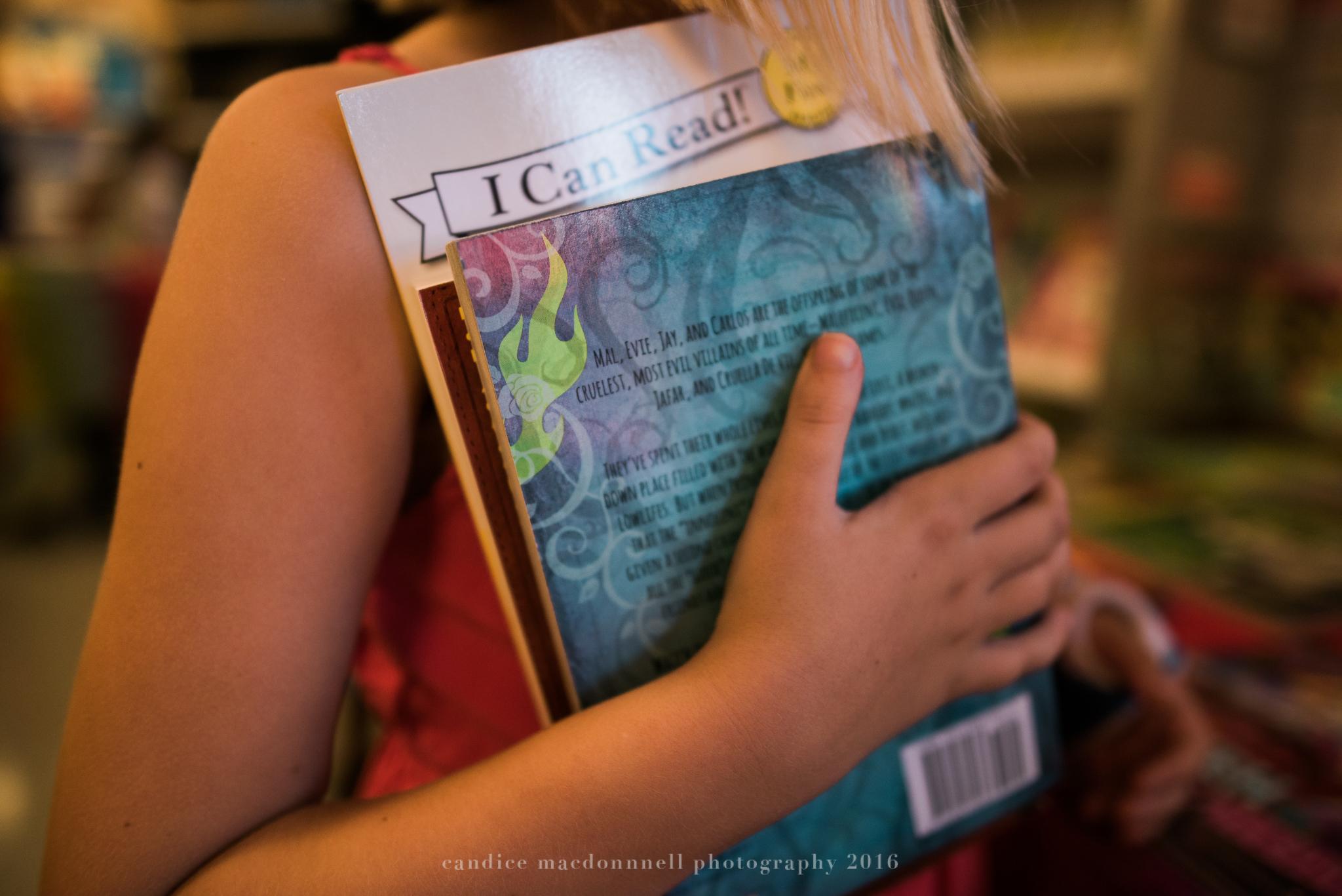 girl holding books at bookfair oahu hawaii photography