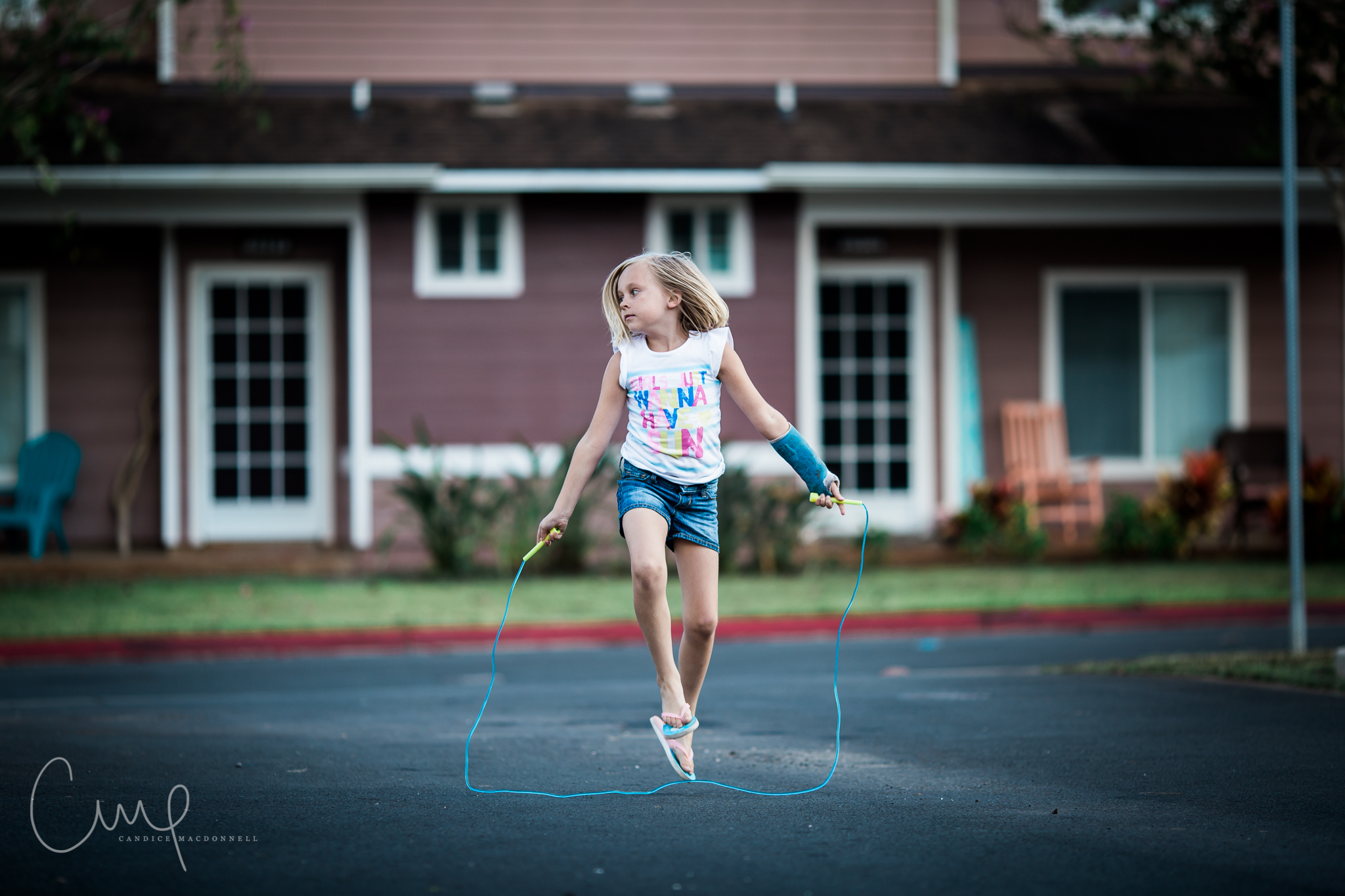girl jumping rope in alley oahu lifestyle photographer