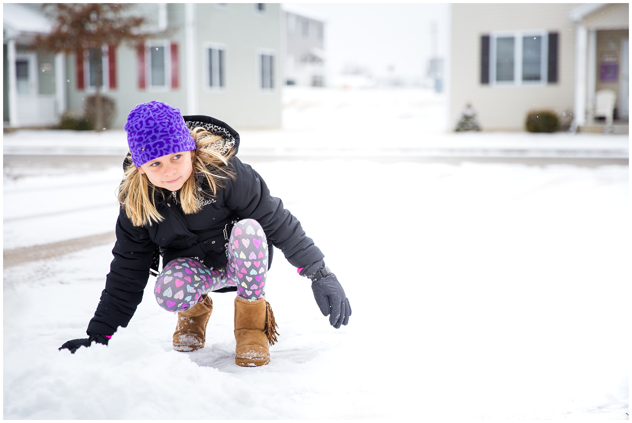 missouri lifestyle photographer girl playing in snow