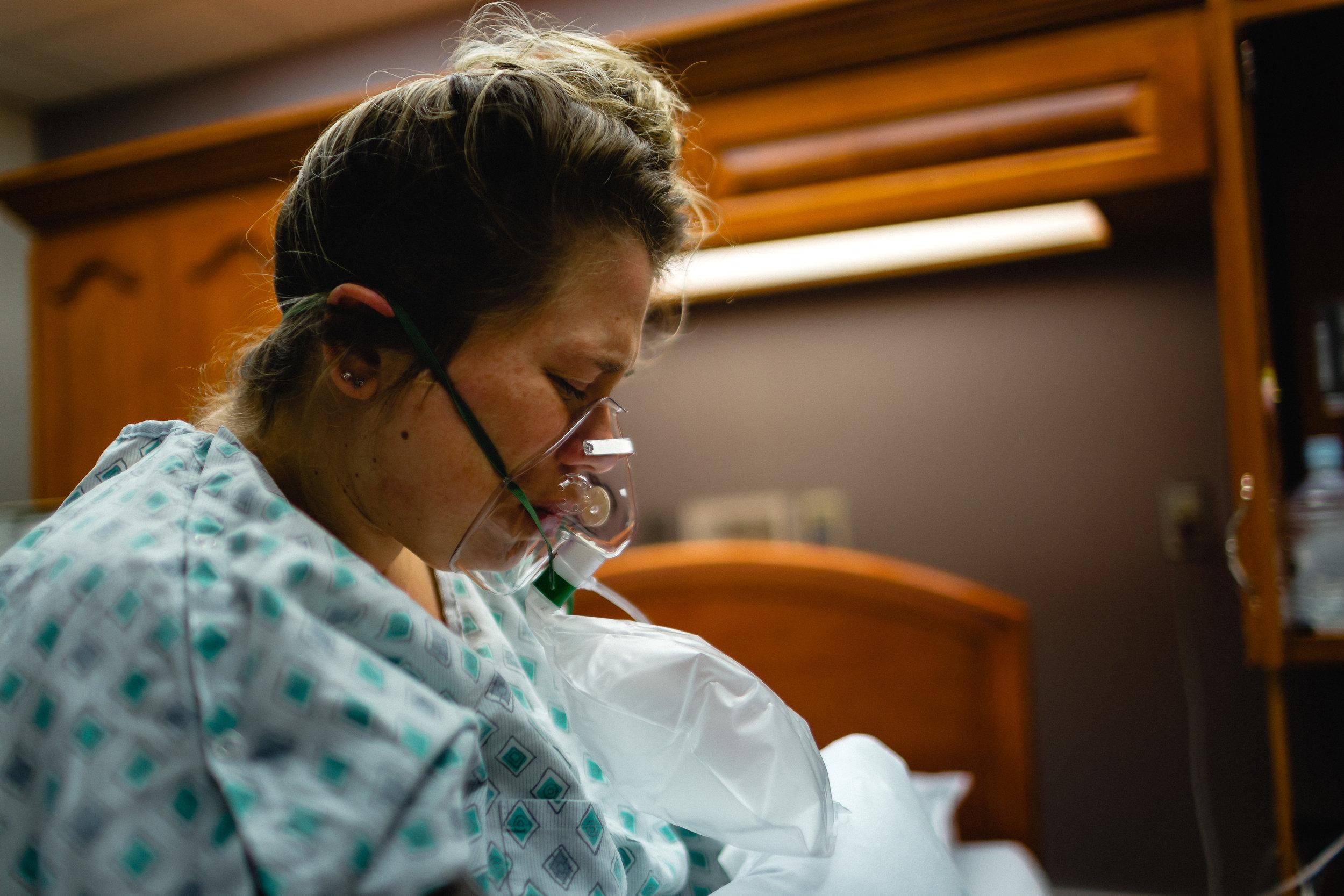 laboring woman missuori birth photography