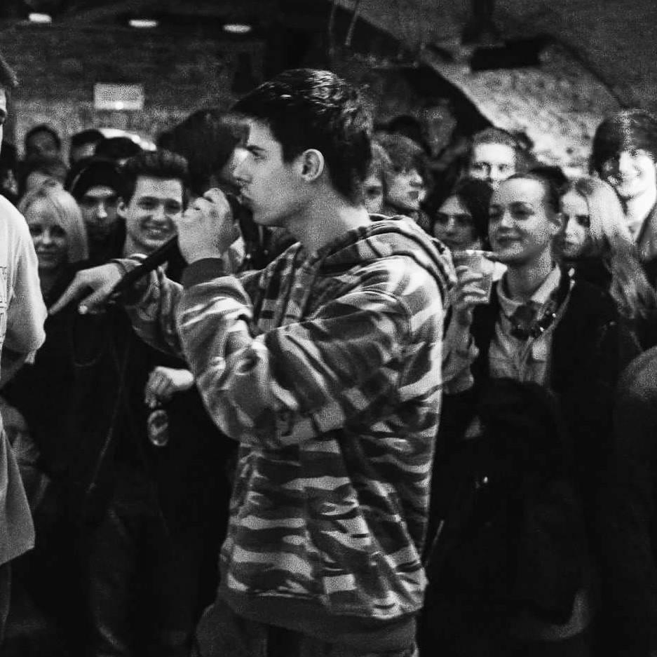 Tomaž Lovrenko  Tomaž Lovrenko je ime. Skrivnosten in skrit pred socialnimi mediji kot nindža. 22 let je časovno obdobje tega bitja na Zemlji. Te dimenzije – telo, so le lupina. Rojstni kraj - Ptuj le koordinate na zemljevidu. Najraje piše poezijo, posluša osupljivo glasbo, gleda izvrstne filme, serije... rad športa, igra raznorazne igre... ;) Razmišlja (včasih preveč, včasih premalo), ljubi, zavrača, želi, hoče, dvomi, praznuje, obžaluje, uživa in trpi podobno, kot vse kreature. Pisati je začel že pri 13-ih, vendar je med potjo velikokrat omagal in zapadel v dalj časa trajajoče premore. Najraje se igra z zvenom ali pomenom besed, rima, podaja svoje poglede in ideje v metaforah. Inspiracija je življenje (izkušnje) in svet.  Foto: Udarno in ekspresivno