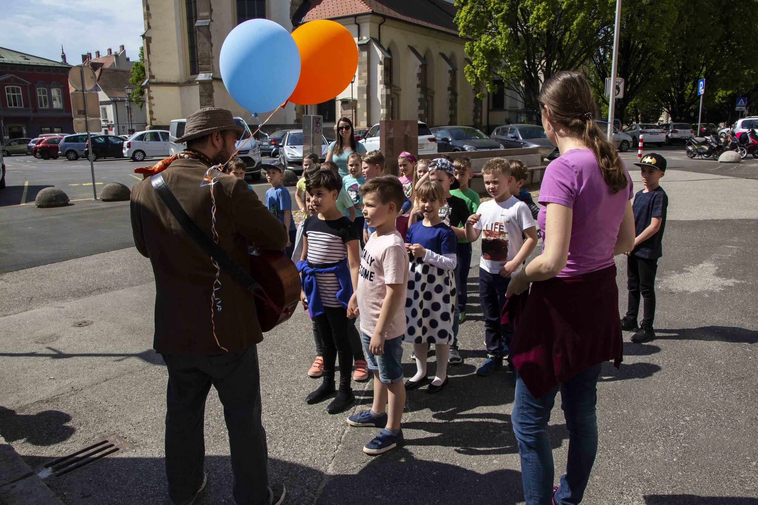 Elvis Berljak otrokom predstavlja prigode velikega ptiča  Ferda  / foto: Kristijan Robič