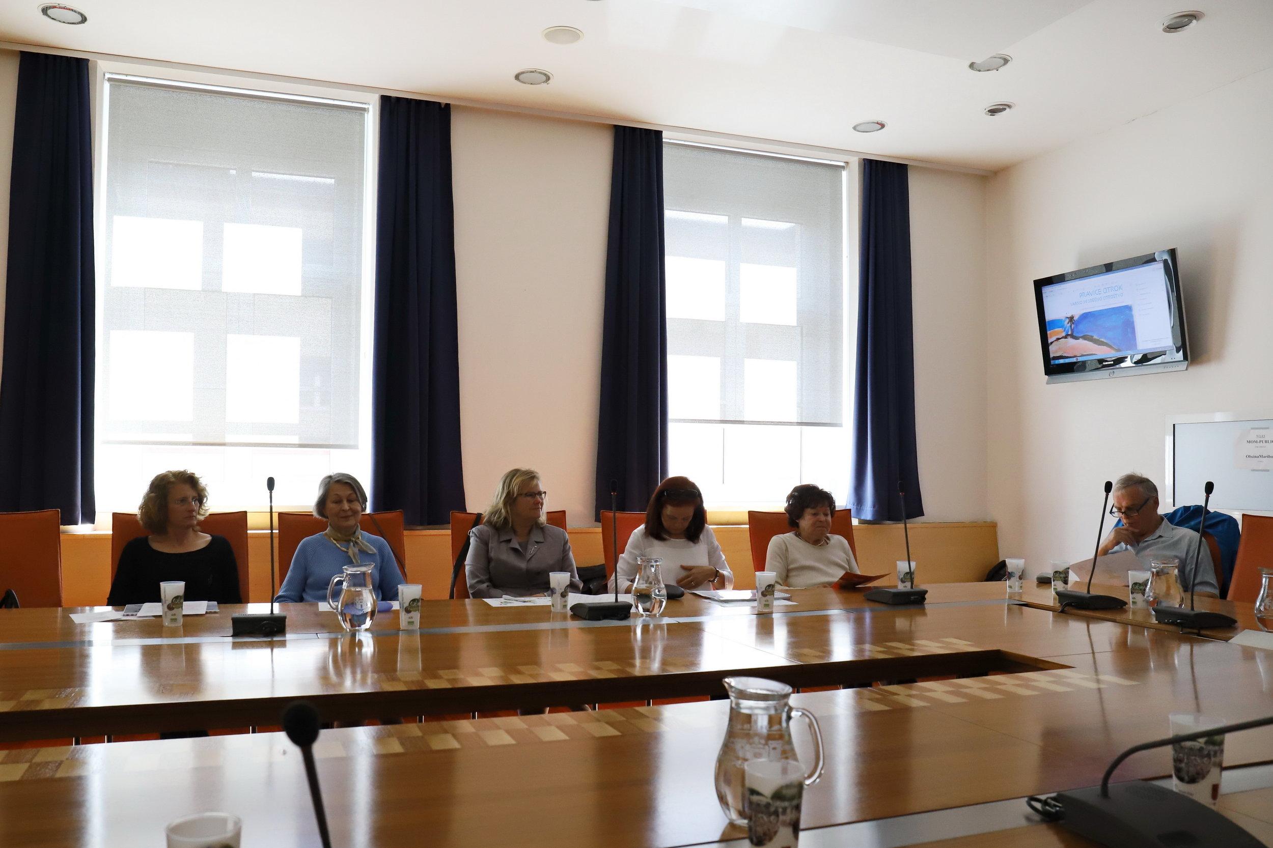 predstavnice MO Maribor in  zasl. prof. Ddr. Matjaž Mulej , član Delovne skupine projekta »Otrokom prijazno UNICEF-ovo mesto Maribor za področje izobraževanja