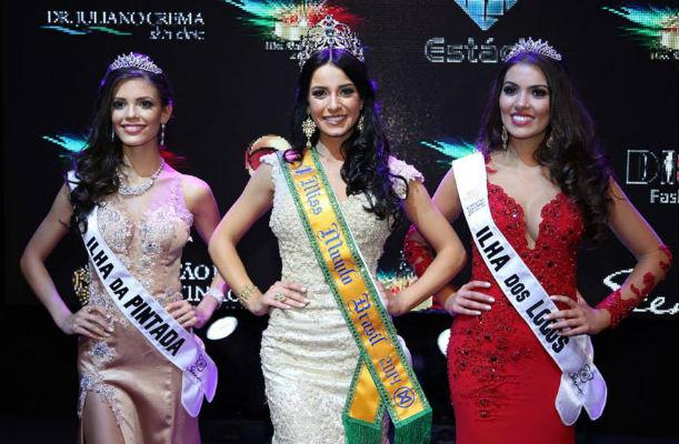 Um trio de gaúchas dominou o pódio do Miss Brasil Mundo 2014. Vitória Strada (esquerda) foi a vice. Julia Gama venceu e Vitória Bisognin (direita) foi a terceira colocada.