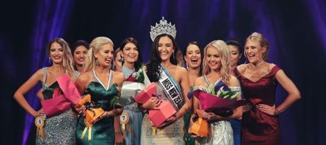 "Corte feliz: sorrisos marcam a eleição da Miss New Zealand World 2017. As ""princesas"" parecem concordar com o resultado!"