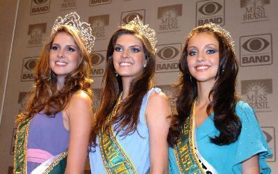 Carina Beduschi de Santa Catarina (e) foi a Miss Brasil Universo; Patrícia Reginato do Paraná (c), a Miss Brasil World, e Ariane Colombo do Espírito Santo (d), a Miss Brasil Internacional.