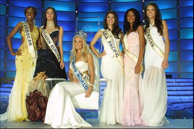 Jane Borges (extrema direita) com a Miss Mundo Tatana da República Tcheca e as demais finalistas do concurso.