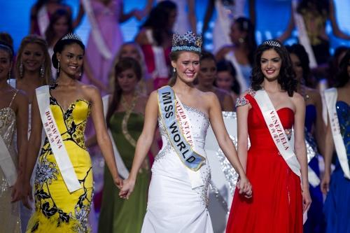 Miss Mundo 2010 é dos Estados Unidos (c). Botsuana (e) foi vice, Venezuela (d) ficou em terceiro.
