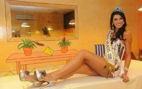 Juceila Bueno, um dia após ter sido eleita Miss Mundo Brasil 2011, durante ensaio fotográfico para a Revista CARAS.