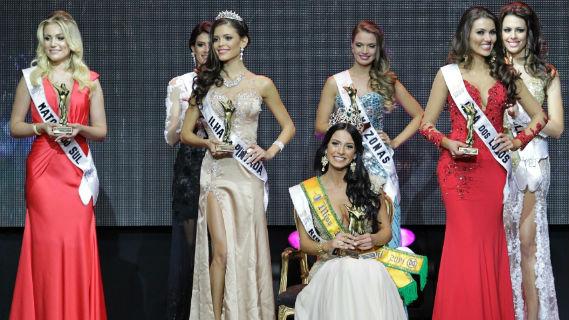 O Top 3 de gaúchas e as rainhas regionais de 2014! Na frente, Vitória Strada (Ilha da Pintada-RS), vice-Miss Mundo Brasil, Julia Gama (RS), Miss Mundo Brasil e Miss Sul 2014, Vitoria Bisognin (Ilha dos Lobos-RS), terceira colocada. Atrás, as rainhas regionais do Centro-Oeste (MS), Nordeste (SE), Norte (AM) e Sudeste (SP). Foto UOL