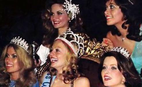 Dizem que as 5 primeiras empataram no Miss Mundo 1977, e então os jurados tiveram que votar novamente! Madalena Sabaraini do Brasil (dir, acima), foi a quarta colocada.