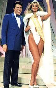 Adriana Alves de Oliveira ao lado do apresentador Silvio Santos.
