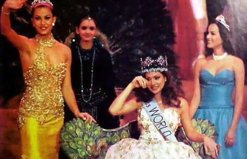 A capixaba Anuska acena feliz para o público na Índia, onde conquistou o terceiro lugar no Miss Mundo 1996. Grécia venceu e Colômbia foi vice.