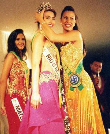 Fernanda Agnes do RS é coroada Miss Brasil World 1997 por Anuska Prado (1996). Atrás Ana Carolina Nunes, do Mato Grosso, a vice (foto Luiz Mendonça) .