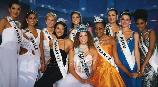 Miss Mundo Linor Abargil de Israel, sua corte e as 10 semifinalistas de 1998.