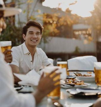 Matheus Song em campanha da cerveja Singha, da Tailândia.