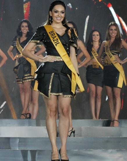 """""""Tenha dó, seu juíz!"""". Assim como aconteceu com a mítica baiana Martha Rocha, quem perdeu o título de Miss Universo em 1954 por duas polegadas a mais no quadril, Gabrielle Vilela teria parado no """"Top 20"""" do MGI 2018 pelo mesmo motivo. De qualquer forma, a brasileira fez bonito e encantou a todos!"""